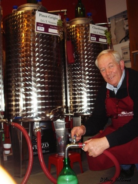 photo vino sfuso Venice, filling a wine bottle